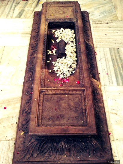 Flowers for the dearly departed, at the shrine of Nizamuddin